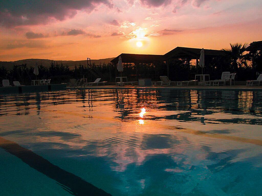 Piscina Delfino Blu al tramonto