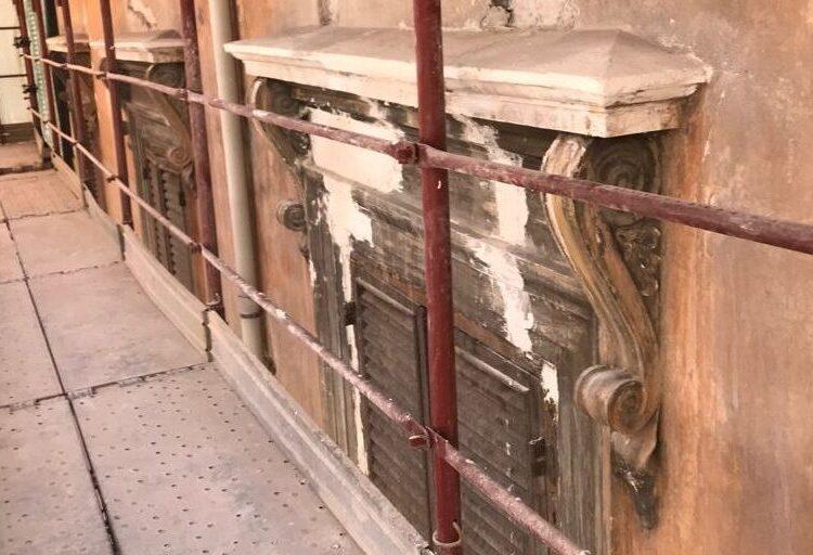 Facciata palazzo storico; particolare del timpano ante opera