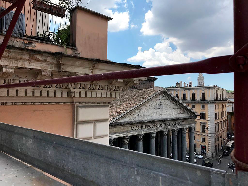 Scorcio del Pantheon dal cantiere del palazzo prospiciente