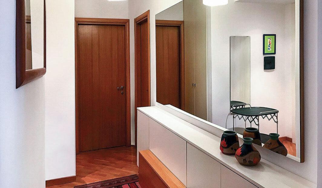 Mobile bicolore disegnato e realizzato su misura, particolare dello specchio