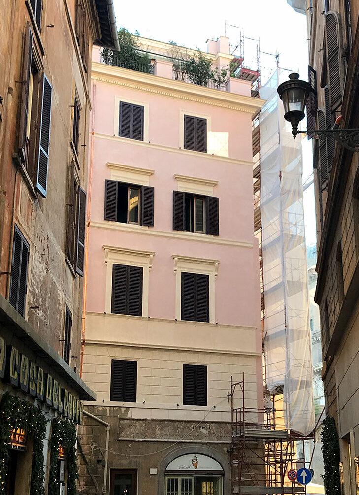 Facciata restaurata di un palazzo storico nel centro di Roma