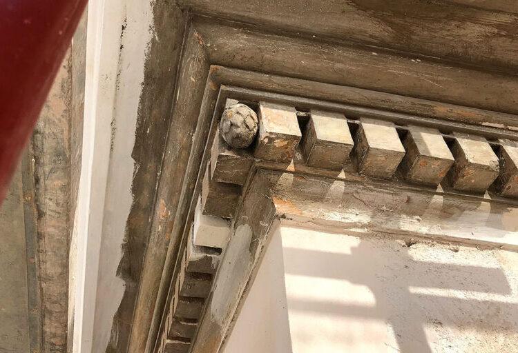 Particolare del decoro del cornicione da restaurare di un palazzo storico
